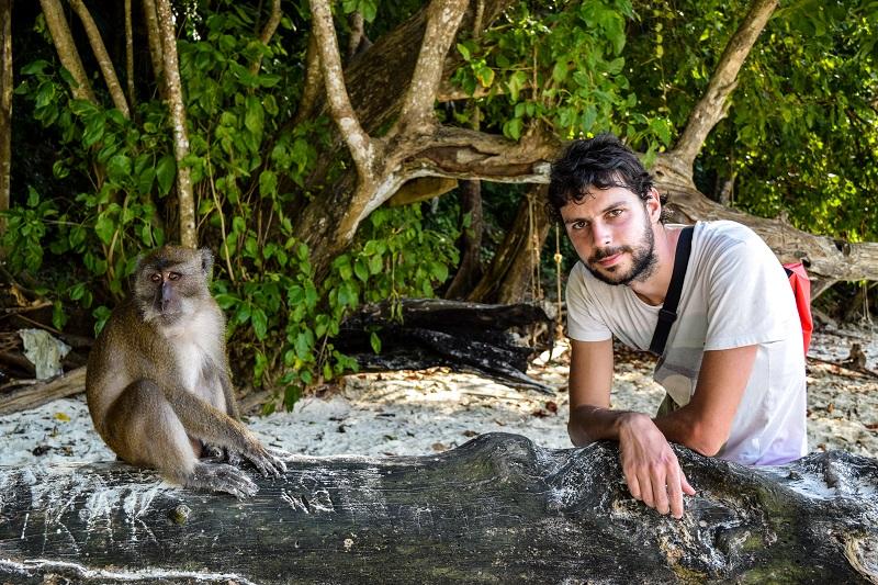 Amos e una scimmia