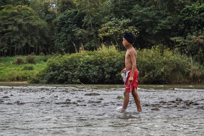 Giovane pescatore nel Maekok