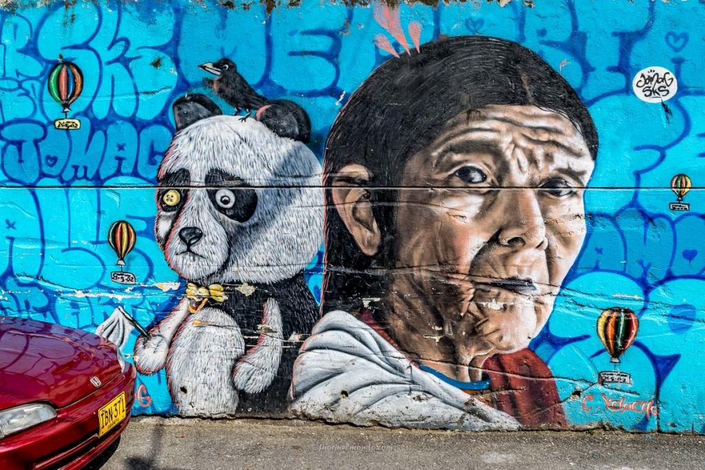 Murales donna adulta e suo panda, Comuna 13
